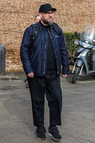 Combinar unas deportivas negras: Ponte una cazadora de aviador azul marino y un pantalón chino negro para cualquier sorpresa que haya en el día. ¿Quieres elegir un zapato informal? Opta por un par de deportivas negras para el día.