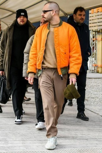 Combinar un pantalón chino marrón claro: Considera emparejar una cazadora de aviador naranja con un pantalón chino marrón claro para un look diario sin parecer demasiado arreglada. Deportivas blancas contrastarán muy bien con el resto del conjunto.