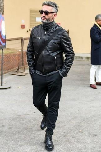 Combinar un jersey de cuello alto negro: Considera ponerse un jersey de cuello alto negro y un pantalón chino negro para conseguir una apariencia relajada pero elegante. ¿Te sientes valiente? Usa un par de botas casual de cuero negras.