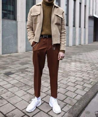 Outfits hombres: Para crear una apariencia para un almuerzo con amigos en el fin de semana elige una cazadora harrington en beige y un pantalón chino en tabaco. ¿Quieres elegir un zapato informal? Elige un par de deportivas blancas para el día.