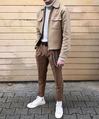 Outfits hombres: Empareja una cazadora harrington de lana marrón claro junto a un pantalón chino marrón para un look diario sin parecer demasiado arreglada. Mezcle diferentes estilos con zapatillas altas de lona blancas.