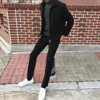Combinar una cazadora harrington negra: Considera ponerse una cazadora harrington negra y un pantalón chino negro para una vestimenta cómoda que queda muy bien junta. Mezcle diferentes estilos con tenis de cuero blancos.