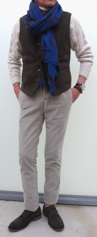 Cómo combinar: zapatos derby de ante en marrón oscuro, pantalón chino de pana gris, jersey de cuello alto de lana de punto blanco, chaleco de vestir de pana en marrón oscuro
