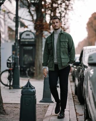 Cómo combinar: zapatos derby de cuero negros, pantalón chino negro, jersey de cuello alto gris, chaqueta campo verde oscuro