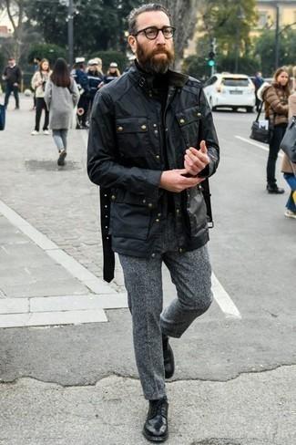 Combinar un jersey de cuello alto negro: Este combo de un jersey de cuello alto negro y un pantalón chino de lana gris te permitirá mantener un estilo cuando no estés trabajando limpio y simple. Zapatos derby de cuero negros proporcionarán una estética clásica al conjunto.