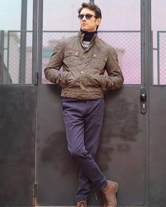 Combinar un pantalón chino azul marino: Casa una chaqueta campo marrón claro junto a un pantalón chino azul marino para conseguir una apariencia relajada pero elegante. ¿Te sientes valiente? Opta por un par de botas casual de cuero marrónes.