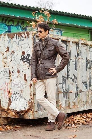 Moda para hombres de 40 años: Casa una chaqueta campo de cuero marrón con un pantalón chino en beige para un almuerzo en domingo con amigos. Botas safari de cuero marrónes son una opción incomparable para completar este atuendo.