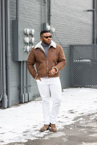 Cómo combinar: botines chelsea de ante marrónes, pantalón chino blanco, jersey de cuello alto gris, chaqueta de piel de oveja marrón