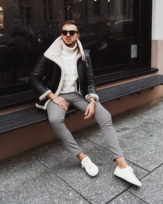 Cómo combinar: tenis blancos, pantalón chino de pata de gallo negro, jersey de cuello alto de punto blanco, chaqueta de piel de oveja en negro y blanco