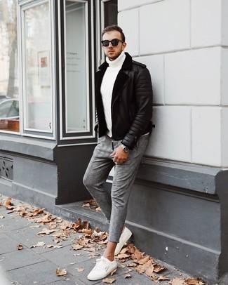 Cómo combinar: tenis blancos, pantalón chino de tartán gris, jersey de cuello alto de punto blanco, chaqueta de piel de oveja negra