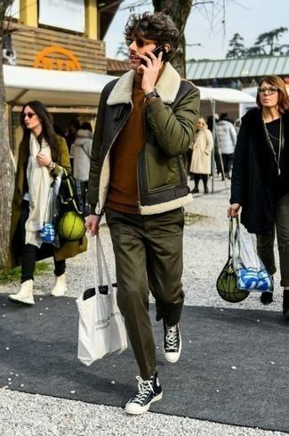 Combinar un jersey de cuello alto marrón: Equípate un jersey de cuello alto marrón junto a un pantalón chino verde oliva para una apariencia fácil de vestir para todos los días. ¿Por qué no añadir zapatillas altas de lona en negro y blanco a la combinación para dar una sensación más relajada?