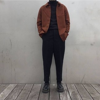Combinar unos calcetines negros: Casa una chaqueta estilo camisa marrón junto a unos calcetines negros transmitirán una vibra libre y relajada. ¿Te sientes valiente? Opta por un par de zapatos derby de cuero negros.