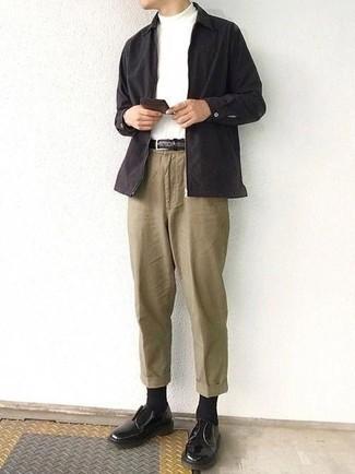 Combinar unos calcetines negros: Opta por una chaqueta estilo camisa negra y unos calcetines negros para un look agradable de fin de semana. Elige un par de zapatos derby de cuero negros para mostrar tu inteligencia sartorial.