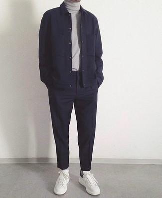 Combinar una chaqueta estilo camisa de lana azul marino: Intenta combinar una chaqueta estilo camisa de lana azul marino con un pantalón chino azul marino para después del trabajo. ¿Quieres elegir un zapato informal? Opta por un par de tenis de cuero blancos para el día.