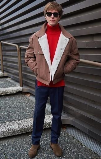 Combinar unos botines chelsea de ante marrónes: Empareja una chaqueta estilo camisa marrón junto a un pantalón chino azul marino para crear un estilo informal elegante. ¿Te sientes valiente? Haz botines chelsea de ante marrónes tu calzado.