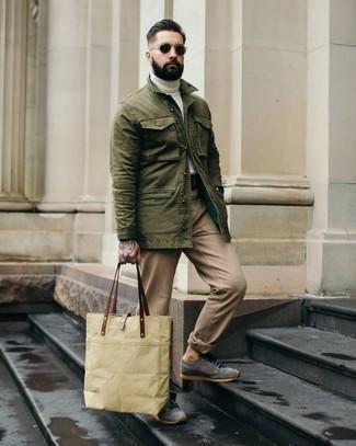 Combinar unos tenis de ante grises: Utiliza una chaqueta estilo camisa verde oliva y un pantalón chino marrón claro para un lindo look para el trabajo. Para darle un toque relax a tu outfit utiliza tenis de ante grises.