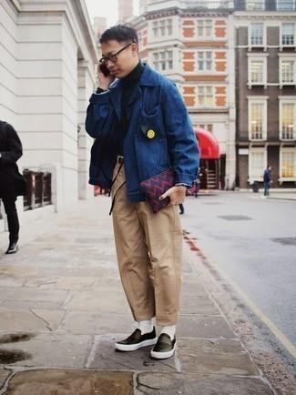 Combinar unas zapatillas slip-on de cuero negras: Intenta combinar una chaqueta estilo camisa azul junto a un pantalón chino marrón claro para las 8 horas. ¿Quieres elegir un zapato informal? Complementa tu atuendo con zapatillas slip-on de cuero negras para el día.