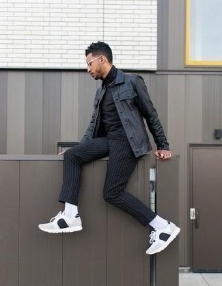 Combinar una chaqueta estilo camisa de cuero negra: Para un atuendo que esté lleno de caracter y personalidad intenta combinar una chaqueta estilo camisa de cuero negra junto a un pantalón chino de rayas verticales negro. Si no quieres vestir totalmente formal, complementa tu atuendo con deportivas en blanco y negro.