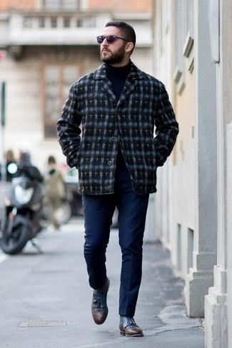 Outfits hombres en otoño 2020: Considera ponerse una chaqueta estilo camisa de lana de tartán azul marino y un pantalón chino azul marino para un almuerzo en domingo con amigos. ¿Te sientes valiente? Elige un par de mocasín con borlas de cuero azul. ¿Buscas un look otoñal? No tiene que buscar más.