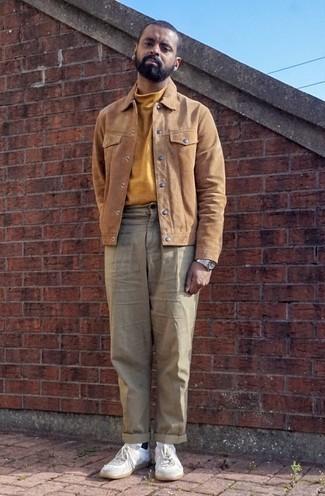 Outfits hombres: Empareja una chaqueta estilo camisa de ante marrón claro junto a un pantalón chino en beige para después del trabajo. Si no quieres vestir totalmente formal, completa tu atuendo con tenis de cuero blancos.