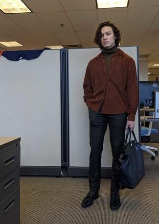 Combinar un mocasín con borlas de cuero negro: Opta por una chaqueta estilo camisa de ante marrón y un pantalón chino negro para después del trabajo. Con el calzado, sé más clásico y usa un par de mocasín con borlas de cuero negro.