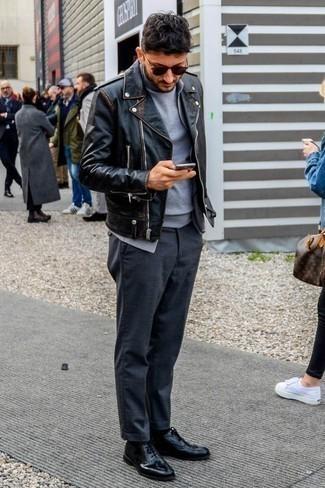 Combinar un jersey de cuello alto gris: Haz de un jersey de cuello alto gris y un pantalón chino en gris oscuro tu atuendo para una vestimenta cómoda que queda muy bien junta. Con el calzado, sé más clásico y opta por un par de zapatos oxford de cuero negros.