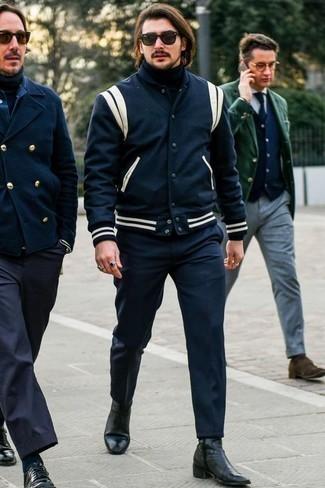 Combinar una chaqueta varsity azul: Empareja una chaqueta varsity azul junto a un pantalón chino azul marino para conseguir una apariencia relajada pero elegante. Con el calzado, sé más clásico y opta por un par de botines chelsea de cuero negros.