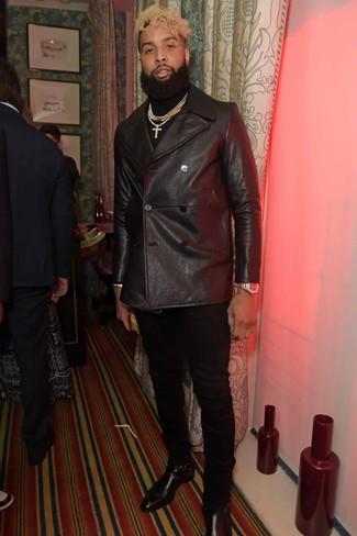 Cómo combinar: botines chelsea de cuero negros, pantalón chino negro, jersey de cuello alto negro, chaquetón de cuero negro