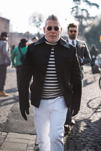 Cómo combinar: guantes de cuero negros, pantalón chino blanco, jersey de cuello alto de rayas horizontales en blanco y negro, chaquetón negro