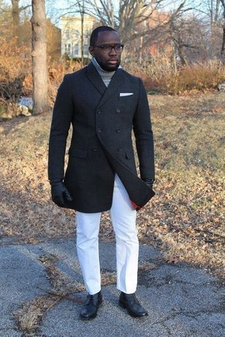 Moda para hombres de 30 años en clima frío: Si buscas un look en tendencia pero clásico, casa un chaquetón negro junto a un pantalón chino blanco. Botas casual de cuero negras son una opción buena para complementar tu atuendo.