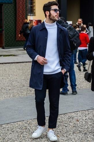 Combinar un pantalón chino azul marino para hombres de 30 años: Intenta ponerse un chubasquero azul marino y un pantalón chino azul marino para cualquier sorpresa que haya en el día. Tenis de cuero blancos son una opción buena para completar este atuendo.