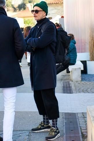 Combinar un jersey de cuello alto negro: Equípate un jersey de cuello alto negro con un pantalón chino negro para lidiar sin esfuerzo con lo que sea que te traiga el día. ¿Te sientes valiente? Completa tu atuendo con deportivas verde oliva.
