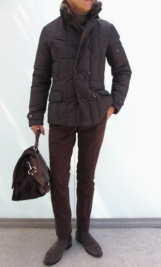 Combinar un plumífero en marrón oscuro: Considera ponerse un plumífero en marrón oscuro y un pantalón chino de pana burdeos para lograr un look de vestir pero no muy formal. Con el calzado, sé más clásico y elige un par de botines chelsea de ante en marrón oscuro.