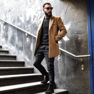 Cómo combinar: botines chelsea de ante negros, pantalón chino negro, jersey de ochos negro, abrigo largo marrón claro