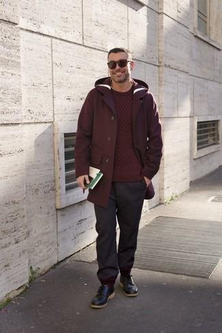 Outfits hombres en clima cálido: Usa un abrigo largo burdeos y un pantalón chino en gris oscuro para lograr un estilo informal elegante. Elige un par de zapatos derby de cuero negros para mostrar tu inteligencia sartorial.