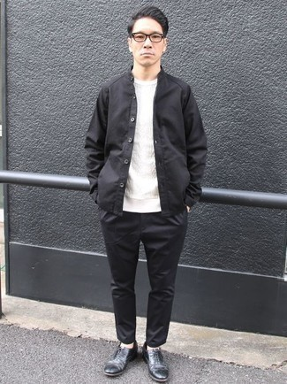 Combinar un jersey de ochos blanco: Equípate un jersey de ochos blanco con un pantalón chino negro para una vestimenta cómoda que queda muy bien junta. Dale onda a tu ropa con zapatos oxford de cuero negros.