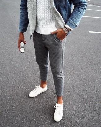 Cómo combinar: tenis de lona blancos, pantalón chino de lana a cuadros gris, jersey de ochos blanco, chaqueta vaquera azul