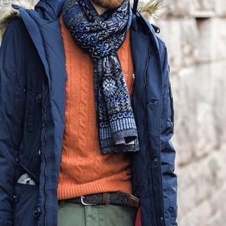 Cómo combinar: corbata estampada azul marino, pantalón chino verde oliva, jersey de ochos naranja, parka azul marino