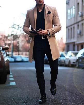 Combinar un jersey de pico negro en otoño 2020: Casa un jersey de pico negro con un pantalón chino negro para un look diario sin parecer demasiado arreglada. Haz botas formales de cuero negras tu calzado para mostrar tu inteligencia sartorial. Este atuendo es ideal para llevarlo en jornadas en otoño y fácil de copiar.
