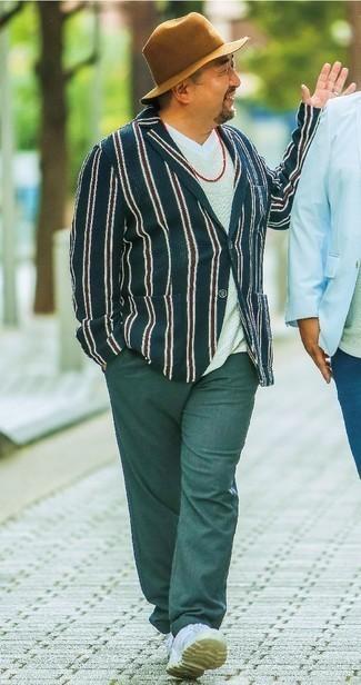 Combinar un pantalón chino verde oscuro: Utiliza un blazer de rayas verticales azul marino y un pantalón chino verde oscuro para las 8 horas. Tenis de cuero blancos añaden un toque de personalidad al look.