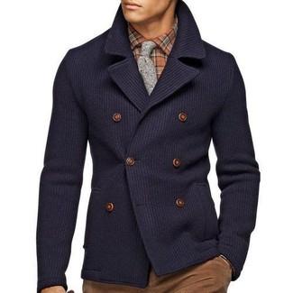 Combinar una camisa de manga larga marrón en clima frío: Considera emparejar una camisa de manga larga marrón junto a un pantalón chino marrón para conseguir una apariencia relajada pero elegante.