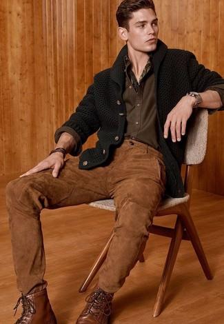 Cómo combinar: botas casual de cuero marrónes, pantalón chino marrón, camisa de manga larga verde oliva, cárdigan con cuello chal verde oscuro