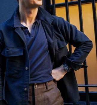 Combinar una chaqueta estilo camisa de lana azul marino: Si buscas un estilo adecuado y a la moda, casa una chaqueta estilo camisa de lana azul marino junto a un pantalón chino marrón.