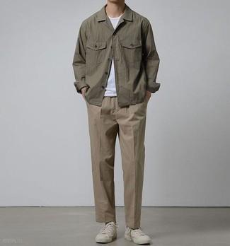 Combinar unos tenis de lona blancos: Emparejar una chaqueta estilo camisa marrón junto a un pantalón chino marrón es una opción inmejorable para un día en la oficina. Para darle un toque relax a tu outfit utiliza tenis de lona blancos.