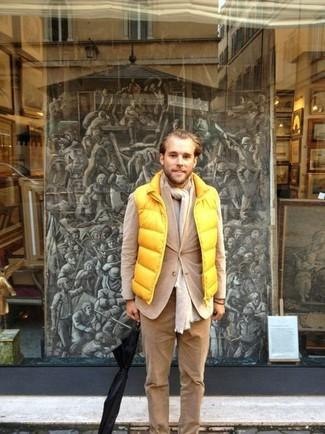 Combinar un pantalón chino de pana marrón claro: Empareja un chaleco de abrigo amarillo junto a un pantalón chino de pana marrón claro para una vestimenta cómoda que queda muy bien junta.