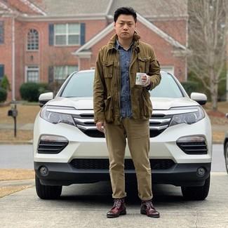 Cómo combinar: botas formales de cuero burdeos, pantalón chino marrón claro, camisa de manga larga de cambray azul, chaqueta campo verde oliva