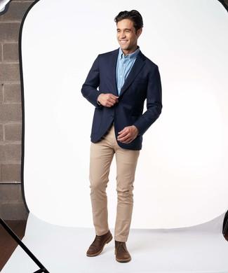 Cómo combinar: botas safari de cuero en marrón oscuro, pantalón chino marrón claro, camisa de manga larga celeste, blazer azul marino