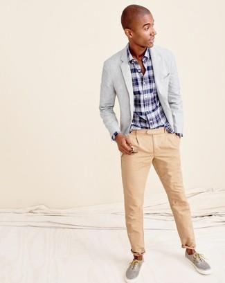 Cómo combinar: zapatillas plimsoll grises, pantalón chino marrón claro, camisa de manga larga de tartán en azul marino y blanco, blazer gris