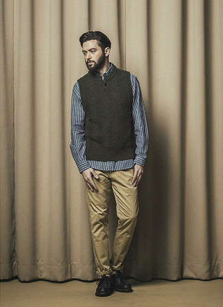 Outfits hombres: Elige un chaleco de punto verde oscuro y un pantalón chino marrón claro para lograr un estilo informal elegante. Usa un par de zapatos derby de cuero gruesos negros para mostrar tu inteligencia sartorial.