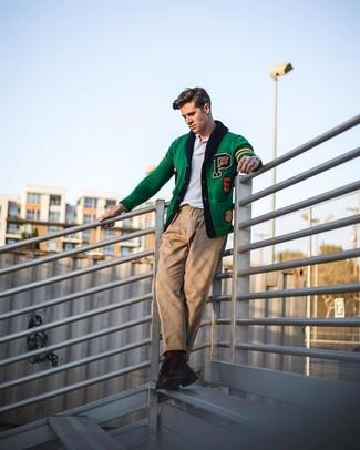 Cómo combinar: botas casual de cuero en marrón oscuro, pantalón chino marrón claro, camisa polo blanca, cárdigan bordado verde